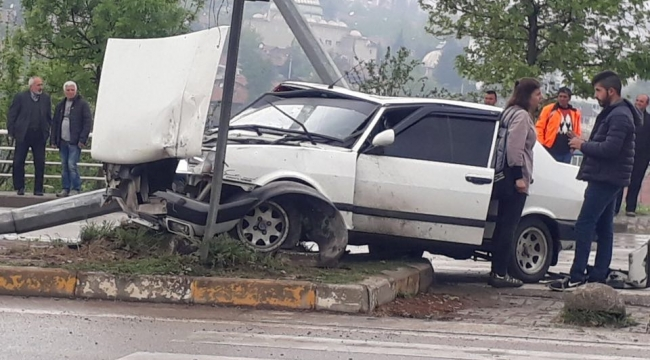 Direksiyon Hakimiyetini Kaybeden Sürücü Direğe Çarptı