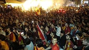 Galatasaray Şampiyon Oldu, Taraftar Sokaklara Döküldü