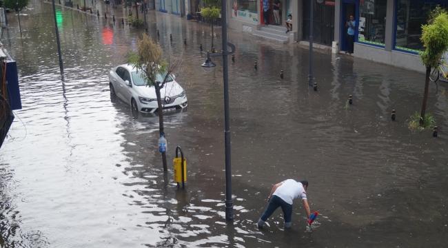 Şehir su altında kaldı... Yollar kapandı, dükkanları su bastı..