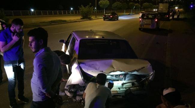 Hafif Ticari Araç, Otomobile Arkadan Çarptı:2 Yaralı