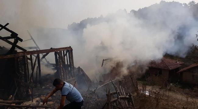 Eskipazar'da 2 ahşap ev yangında küle döndü