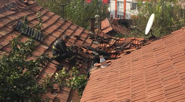 Karabük'te tek katlı evin çatısı yandı