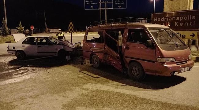 Otomobille panelvan minibüs çarpıştı: 10 yaralı