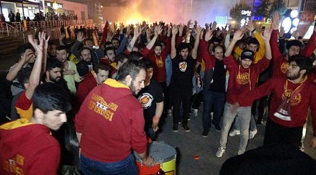 Galatasaray Taraftarları Şampiyonluğu Kutladı