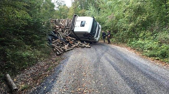 Karabük'te odun yüklü kamyon devrildi