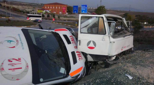 Ambulans taşıyan çekici kaza yaptı