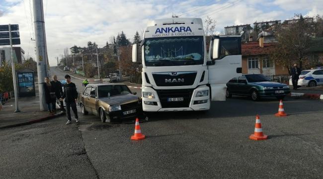 TIR ile otomobil çarpıştı: 2 yaralı