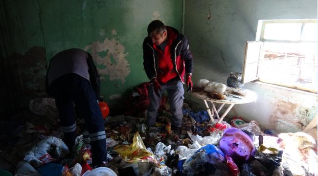 Karabük'te  bir evden iki kamyon çöp çıktı