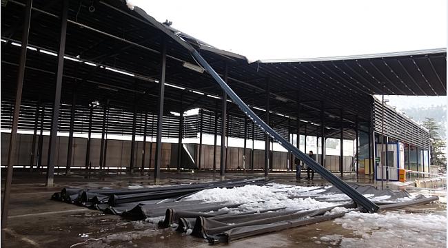 Karabük'te pazar yerinin çatısı çöktü!