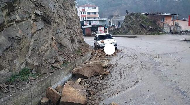 Kayalar otomobilin üzerine düştü