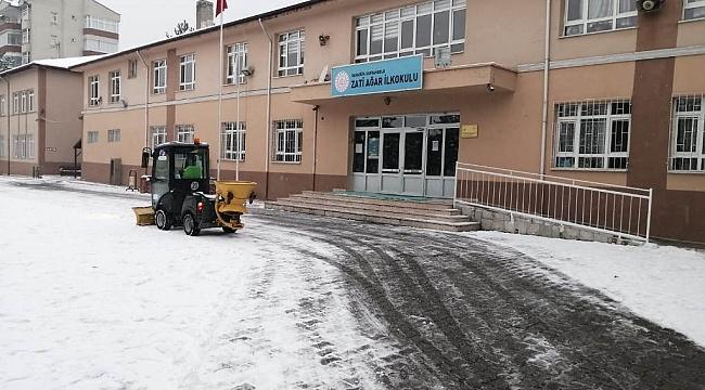 Okul bahçelerinde kar temizliği