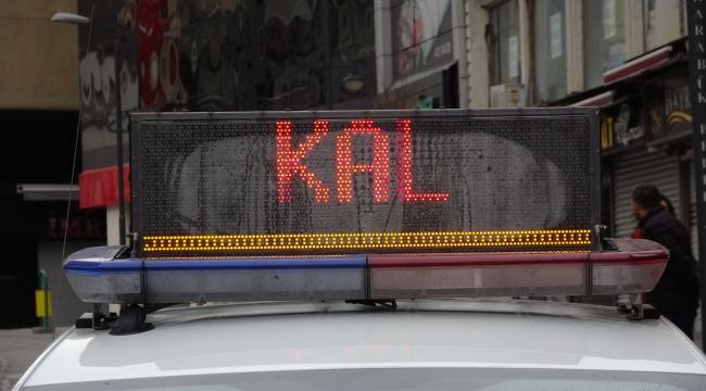 'Evde kal', yazısı polis araçlarının tepe lambalarında
