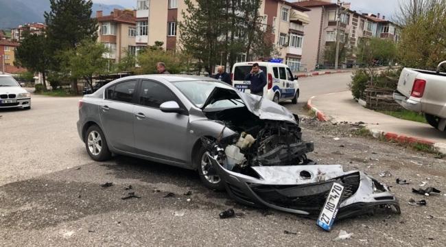 Otomobil ve kamyonet kavşakta çarpıştı : 1 yaralı