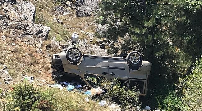 Hafif ticari araç uçuruma yuvarlandı: 4 yaralı