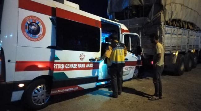 Kemikli'de kaza: Cenaze Nakil Aracı kamyonun altına saplandı