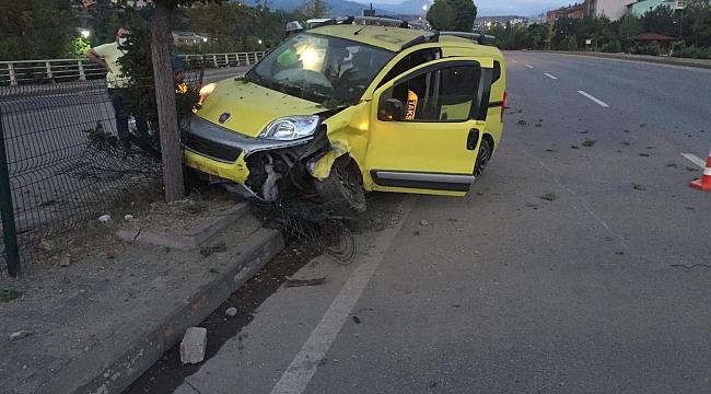 Lastiği Patlayan Taksi Refüjdeki Ağaca Çarptı: 2 Yaralı