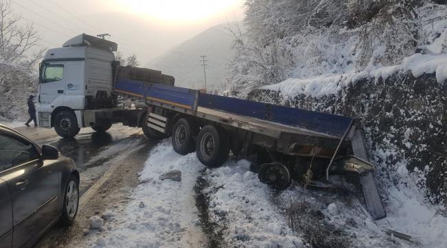 Kar Yağışı Nedeniyle Kayganlaşan Yolda 2 Tır Kaza Yaptı