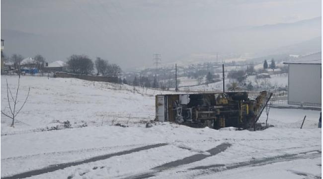 Karabük'te Kar küreme aracı devrildi