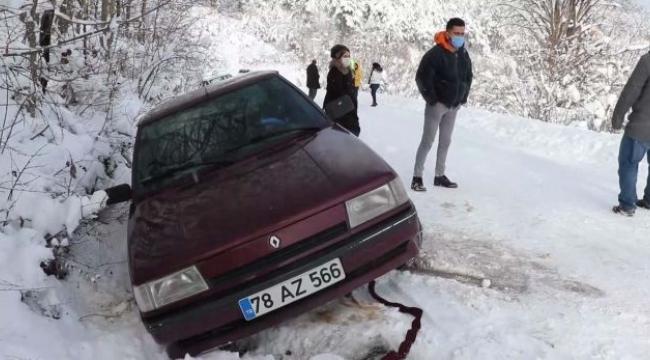 Sürücüler, kar nedeniyle kayganlaşan yollarda zor anlar yaşadı