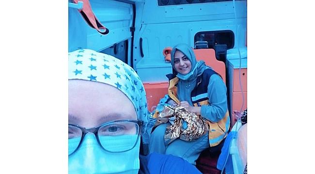 Hastaneye giderken ambulansta doğum yaptı