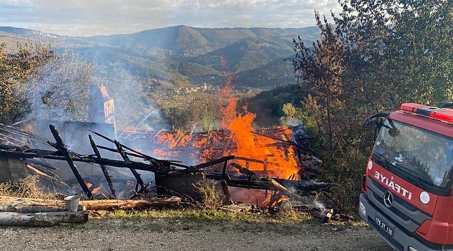 Tek katlı ahşap ev yandı